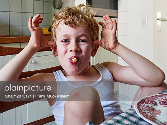 Kleiner Junge ißt Schupfnudeln - p358m2073171 von Frank Muckenheim