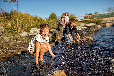 Kinder spielen am See - p1355m1574084 von Tomasrodriguez