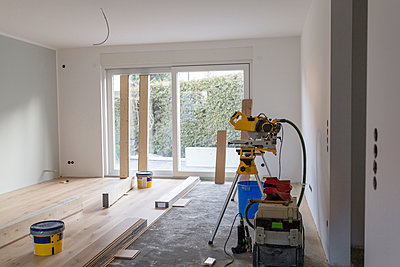 Laying of parquet in a house - p300m1166257 by Sarah Kastner