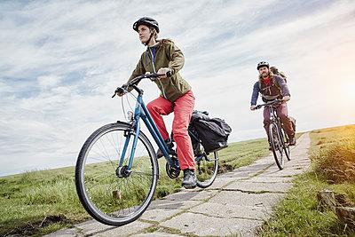 Pärchen mit Trekking-Bikes in Sankt Peter-Ording und am Westerhever Leuchtturm - p300m1416709 von Roger Richter