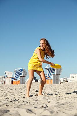 Aktiv am Strand - p981m1060907 von Franke + Mans