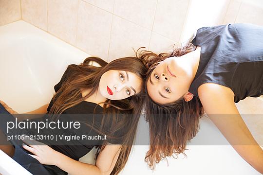 Two women in bathtub - p1105m2133110 by Virginie Plauchut