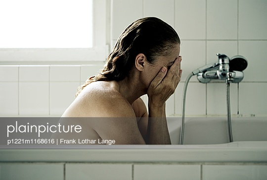 Frau in der Badwanne - p1221m1168616 von Frank Lothar Lange