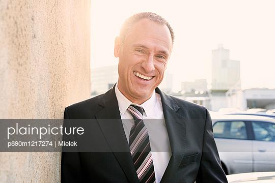 Lachender Geschäftsmann - p890m1217274 von Mielek