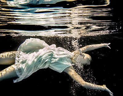 Kind treibt Unterwasser - p1019m1461898 von Stephen Carroll