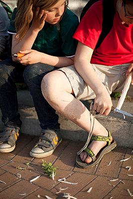 Jungen beim Schnitzen - p1195m1138169 von Kathrin Brunnhofer