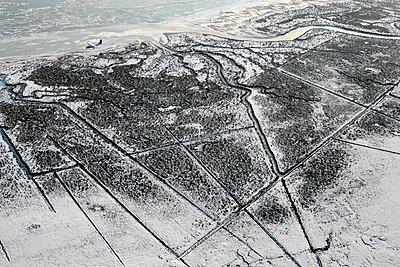 Winterlandschaft mit Flugzeug auf Borkum - p1258m1094598 von Peter Hamel