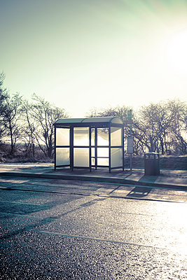A modern bus shelter at the side of a road - p1302m2064662 von Richard Nixon