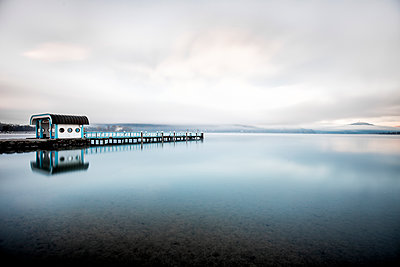 Austria, Carinthia, Klagenfurt, Woerthersee, lake and mooring area - p300m1115346f by Daniel Waschnig Photography