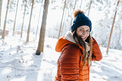 Young woman in winter clothing in snowy landscape - p586m2005057 by Kniel Synnatzschke