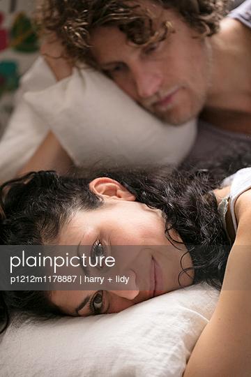 Paar im Bett - nah - p1212m1178887 von harry + lidy