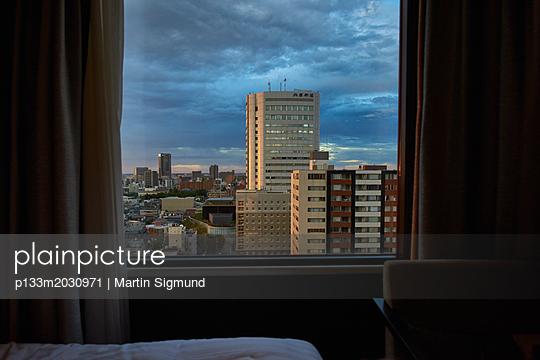 Blick aus dem Fenster - p133m2030971 von Martin Sigmund