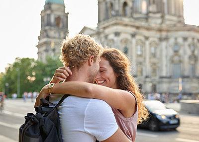 Junges Paar am Berliner Dom - p1124m1463315 von Willing-Holtz