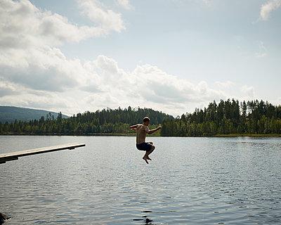 Sprung in den See - p1124m933490 von Willing-Holtz