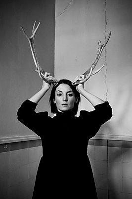 Woman with antlers on head, portrait - p1521m2214973 by Charlotte Zobel