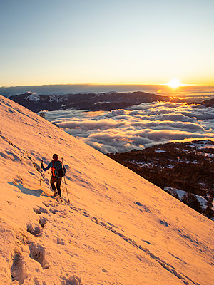 Mountaineer on the mountainside during sunrise, Orobie Alps, Lecco, Italy - p300m2160609 by 27exp