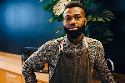 Portrait of male entrepreneur in coffee shop - p426m2259535 by Maskot