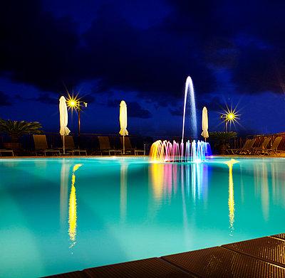 Pool mit Wasserspiel - p606m822719 von Iris Friedrich