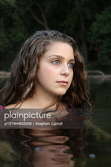 Mädchen im Wasser - p1019m833336 von Stephen Carroll