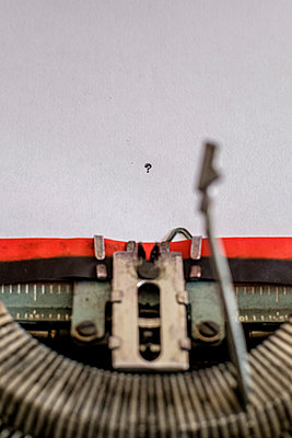 Typewriter and question mark - p1228m1488531 by Benjamin Harte