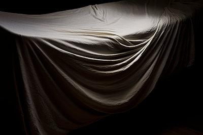 Bettlaken in der Morgendämmerung auf dem Wäscheständer - p1357m2109285 von Amadeus Waldner