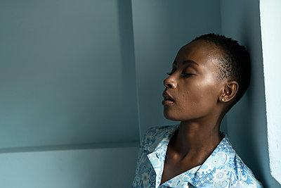 Porträt einer Afrikanerin - p427m1461959 von Ralf Mohr