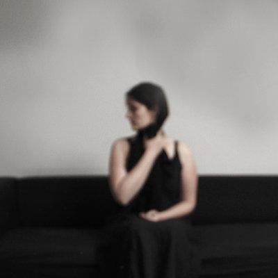 Frau sitzt auf dem Sofa - p1105m2099627 von Virginie Plauchut