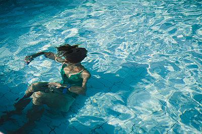 Woman in swimmingpool underwater - p1150m2125991 by Elise Ortiou Campion