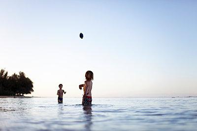 Jungen im Wasser - p1308m1136789 von felice douglas
