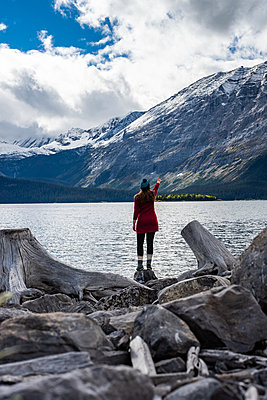 Young woman enjoying the view towards the Upper Kananaskis Lake in Canada - p1455m2092860 von Ingmar Wein