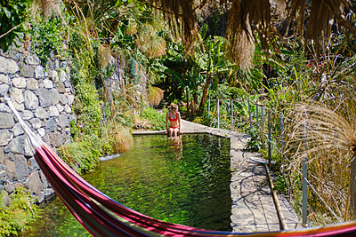 Portugal, Madeira, Relaxing at the pool - p1600m2175613 by Ole Spata