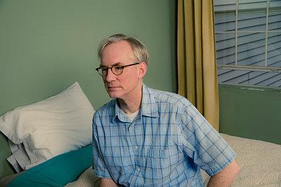 Mann auf seinem Bett - p3971205 von Peter Glass
