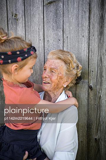 Ältere Dame mit ihrer Urenkelin - p1142m2219644 von Frithjof Kjer