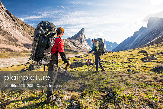 Backpackers stop to enjoy the views during a multi-day trip - p1166m2261208 by Cavan Images