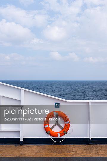Rettungsring auf einem Schiff - p280m1111782 von victor s. brigola