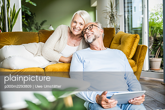 Happy mature couple spending leisure together at home - p300m2293809 by Uwe Umstätter
