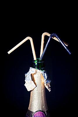 Sektflasche mit Strohhalmen - p1149m2043421 von Yvonne Röder
