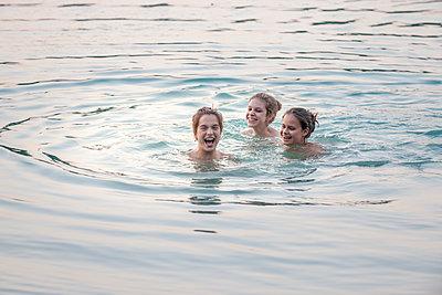 Drei Kinder baden im Meer - p1437m1502918 von Achim Bunz