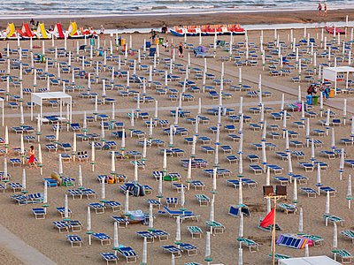 Italy, Udine, View of sun loungers and sunshades at beach - p300m877972 by Bernados