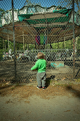 Child in front of a closed Carousel - p445m2177808 by Marie Docher