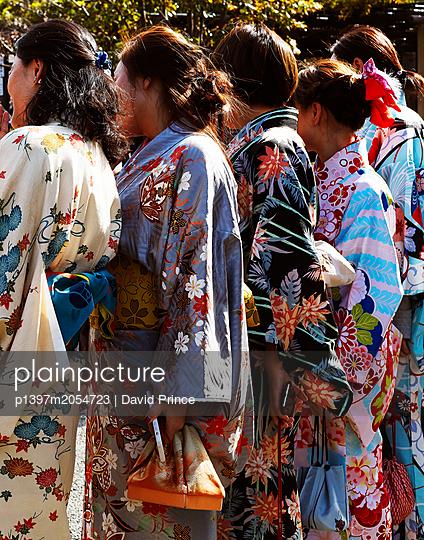 Frauen in Kimonos - p1397m2054723 von David Prince