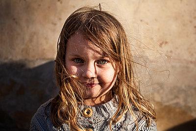Portrait kleines Mädchen - p1386m1452241 von beesch