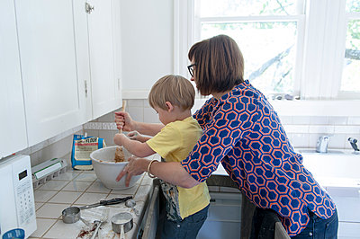Mother and son baking in kitchen - p555m1408420 by Shestock