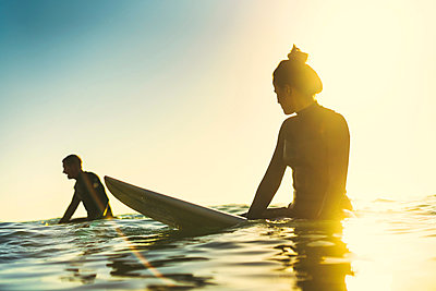 Surfing couple wading in sea, Newport Beach, California, USA - p924m1224770 by Kevin Kozicki