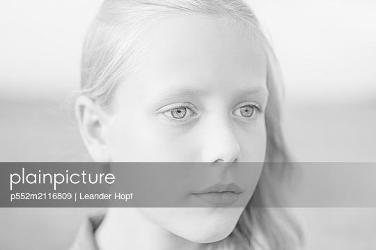 Girl, portrait - p552m2116809 by Leander Hopf