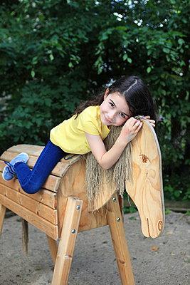 Mit Holzpferd kuscheln - p045m1044814 von Jasmin Sander