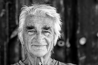 Portrait of elderly man - p1313m1286563 by Leif-Erik Schmitt
