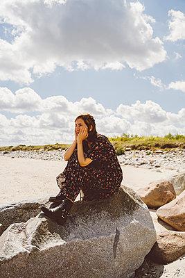 Nachdenkliche Frau am Meer - p432m2230168 von mia takahara