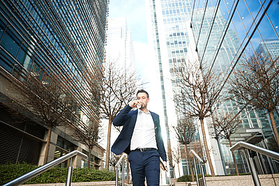 UK, London, Business man in downtown - p924m2271283 by Peter Muller