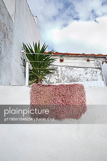 Flokati Teppich auf dem Balkon - p1190m1548234 von Sarah Eick